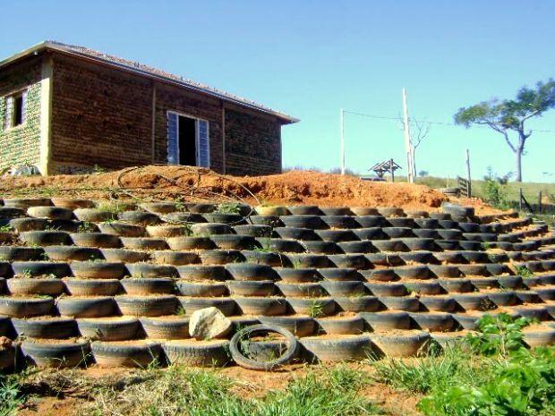 Pedreiro usa 11 mil garrafas PET para construir sua própria casa em MG