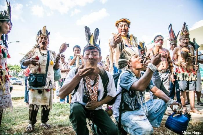 Guarani-Kaiowá comem terra em manifestação na frente do STF, nesta semana