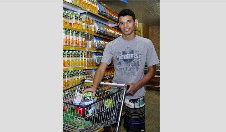 """O estudante Matheus Diniz não costuma olhar a embalagem, mas sabe dos riscos: """"Tem suco que é pior que refrigerante para a saúde"""""""