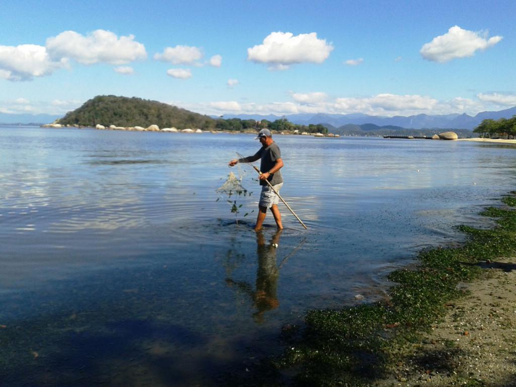 foto-(25)Há pelo menos cinco meses, o pescador Marcelo Bueno deixou de pescar com seu barco pelas águas da Baía de Guanabara. Desde o início da mortandade, Bueno apenas cata siris na praia de José Bonifácio, em Paquetá. Foto: Fabíola Ortiz