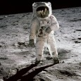 """Em 1969, quando os astronautas Neil Armstrong e Buzz Aldrin pisaram na Lua, um grande objetivo foi alcançado pela humanidade. """"Um pequeno passo para o homem, mas um grande passo […]"""